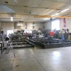 Ruime werkplaats met tal van metaalbewerkingsmachines.